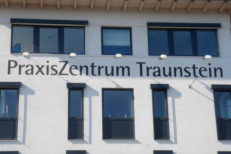 kronbichler-werbung-design-beschriftung_fassaden_praxiszentrum-ts-01